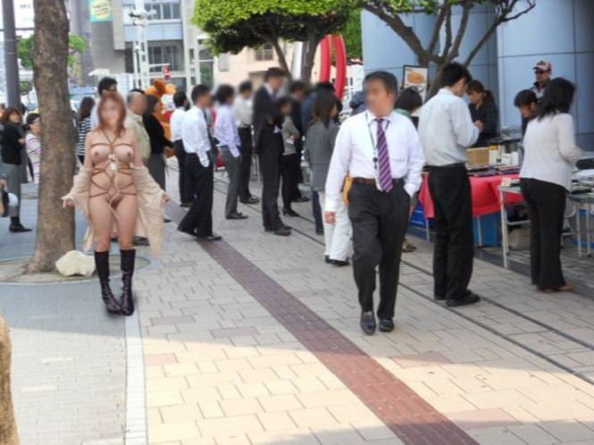 周りに人が居る中堂々と露出プレイを楽しむ淫乱女のエロ画像 10149