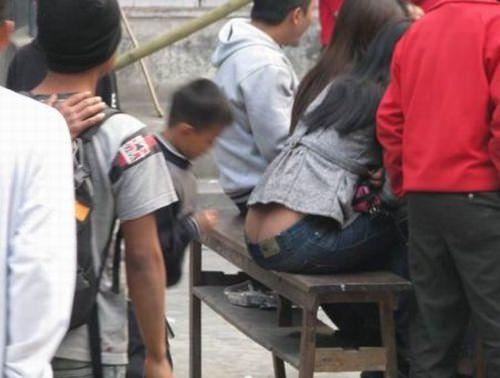 パンチラしてる女のパンツをガン見するスケベオヤジ達のエロ画像 1052