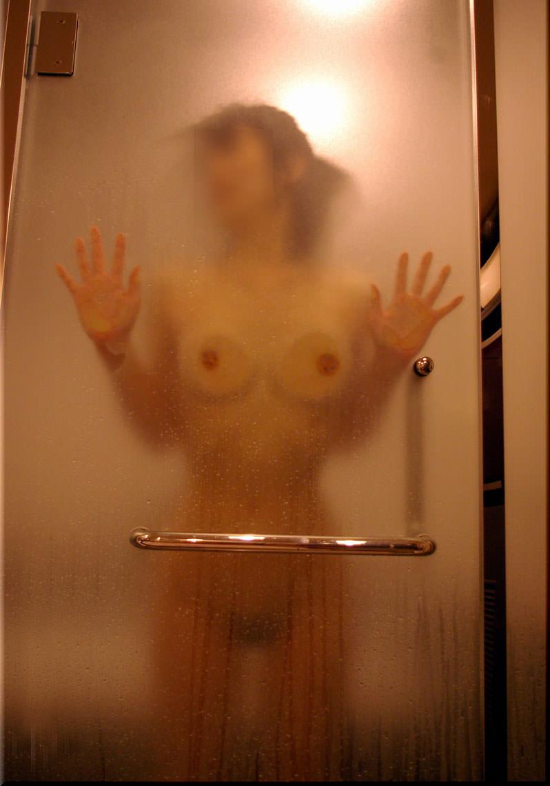 ガラスにおっぱい押し付けて乳首が梅干しみたいになってるエロ画像 11101