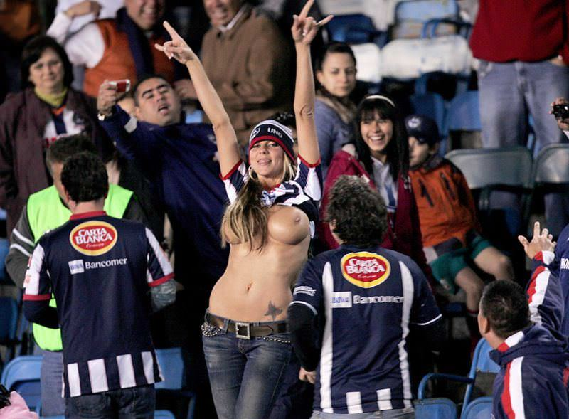 海外サッカーの美人サポーターが興奮しすぎて乳首ポロリしてる胸チラエロ画像 11122