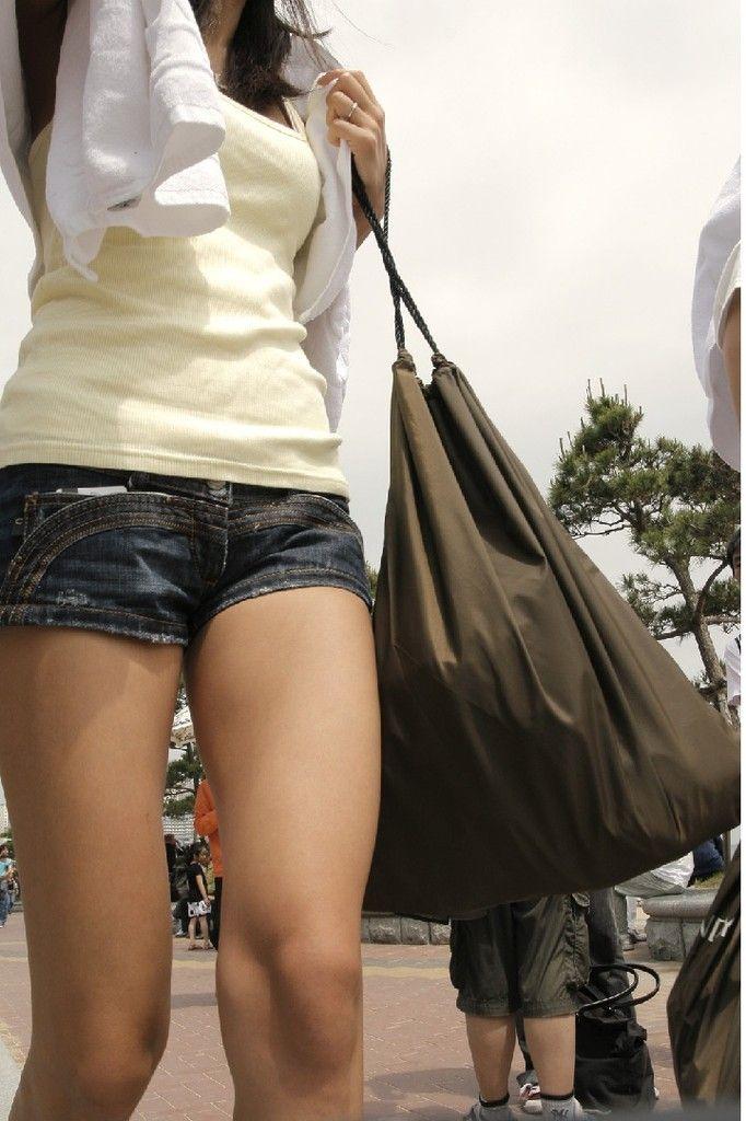 ショートパンツを履いてムチムチした太ももを露出する女の子の街撮りエロ画像 12119