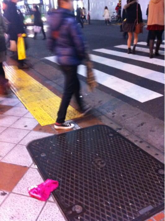 寂しそうに道端に落ちてるギャルのパンティーエロ画像 12133