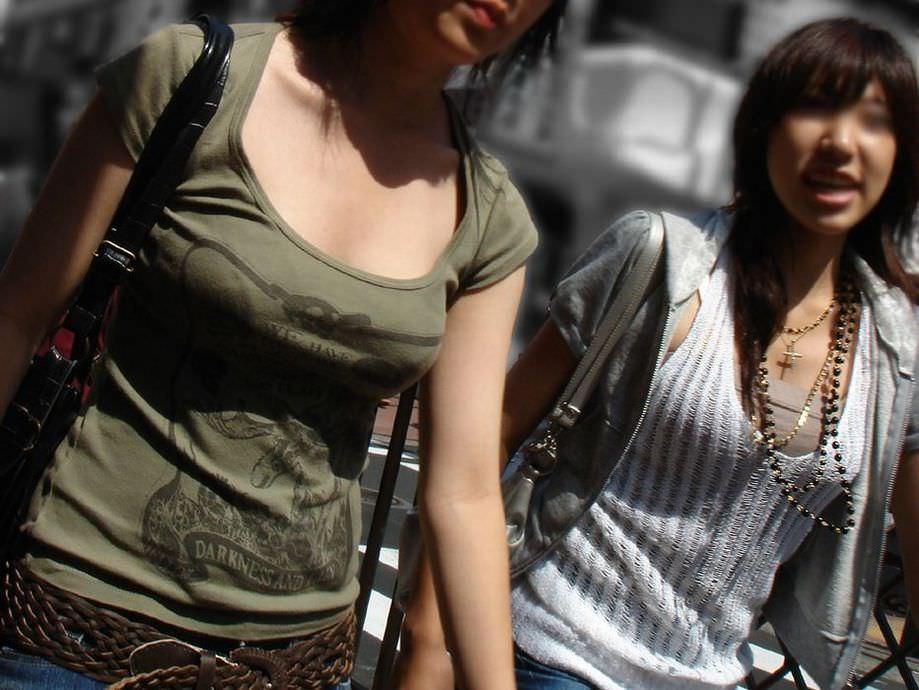 街中でこっそり激写された着衣おっぱい&谷間のエロ画像 12161