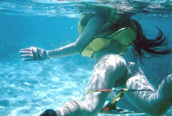 バレないと思ったのか水中で露出する痴女達のエロ画像 1236