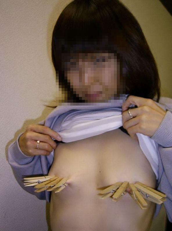 痛気持ちい刺激が快感になる洗濯バサミで乳首を挟んだエロ画像 128