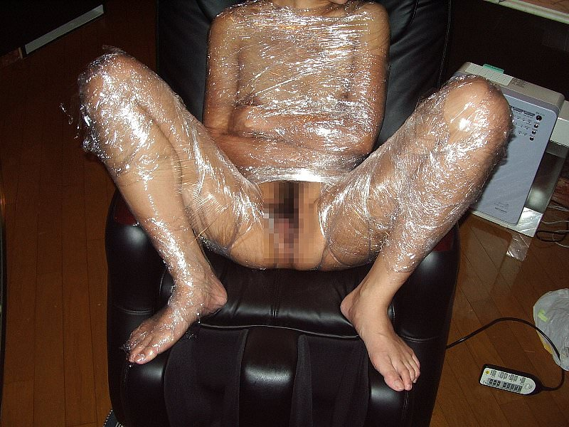 ラップに包まれ拘束されてる変態女子のSMエロ画像 13126