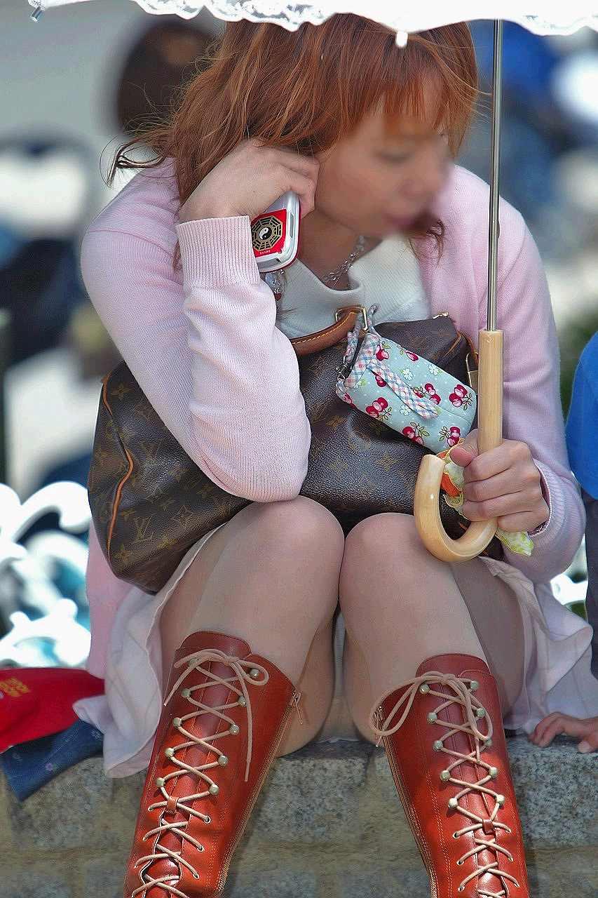 スカートでしゃがみパンチラしてる素人娘のエロ画像 13135