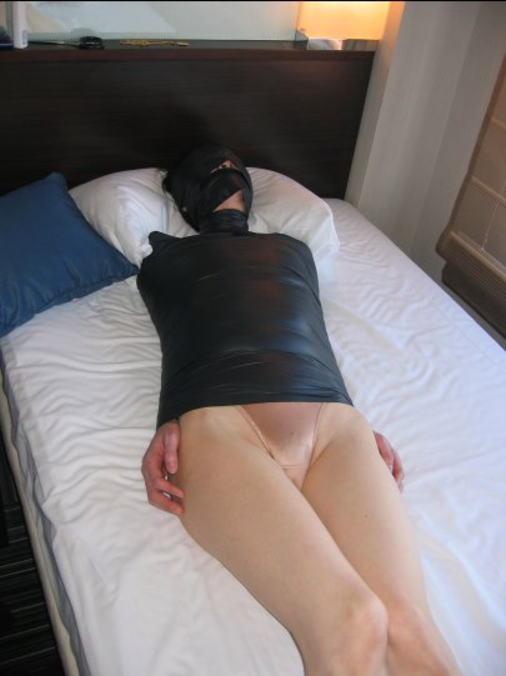 【画像】女をグルグル巻にテープ緊縛するヤバいSMエロ画像 1346