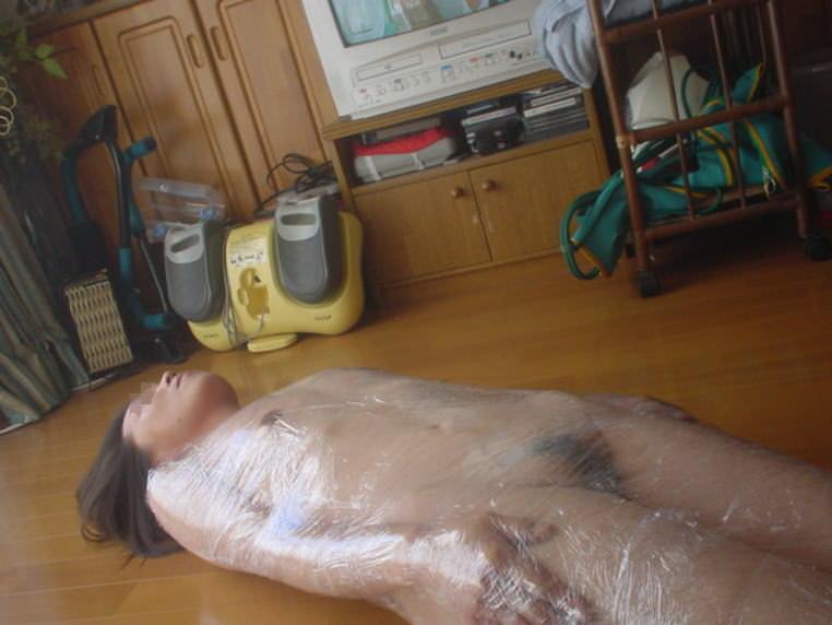 ラップに包まれ拘束されてる変態女子のSMエロ画像 14123