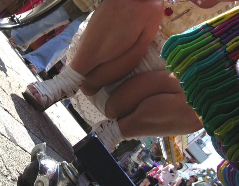 スカートでしゃがみパンチラしてる素人娘のエロ画像 14132