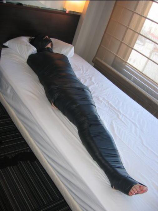 【画像】女をグルグル巻にテープ緊縛するヤバいSMエロ画像 1446