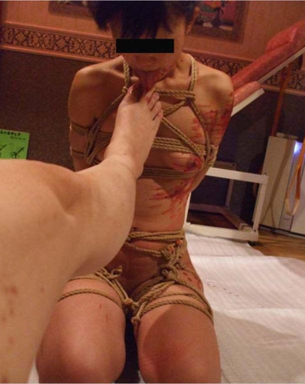 女を完全服従させてフェラの様に足舐めさせてるエロ画像 1484