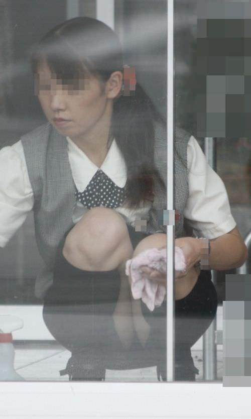 働くお姉さんやOLのしゃがみパンチラ画像 1602