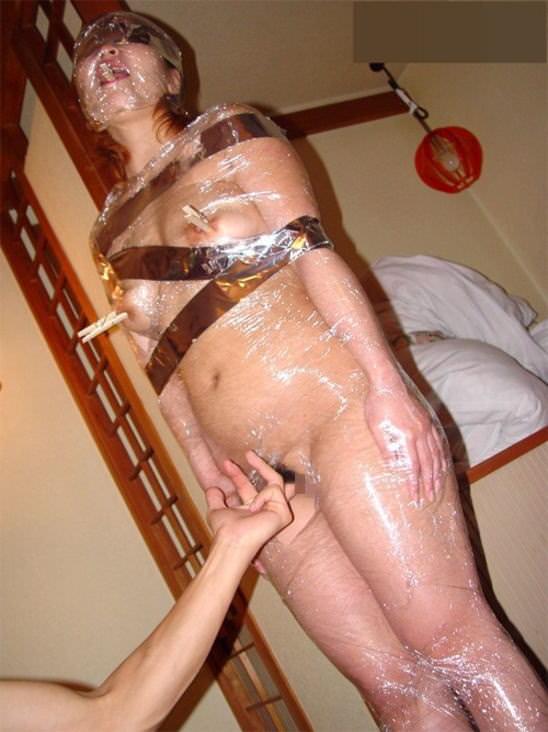 ラップに包まれ拘束されてる変態女子のSMエロ画像 1605