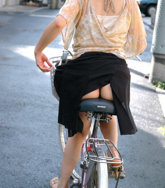 スカートがめくれ上がってお尻プリンしてるパンチラ画像 16112