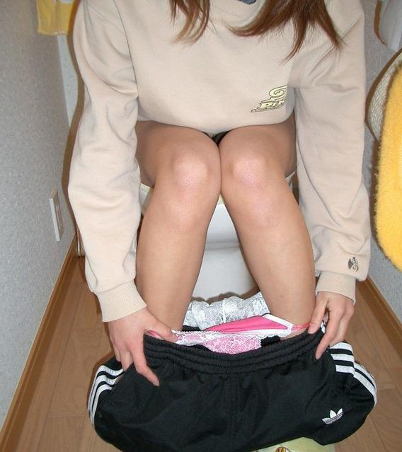彼女がトイレでおしっこしてる姿を写メったらネット流出してしまったエロ画像 16143