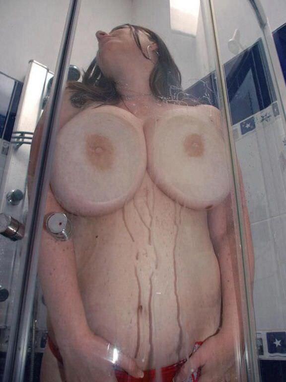 ガラスにおっぱい押し付けて乳首が梅干しみたいになってるエロ画像 1661