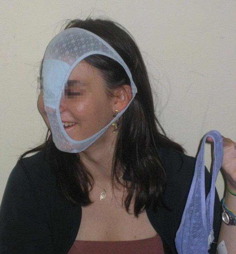 変態仮面の様にまん汁付きパンツを被って興奮してるド変態女のエロ画像 1687