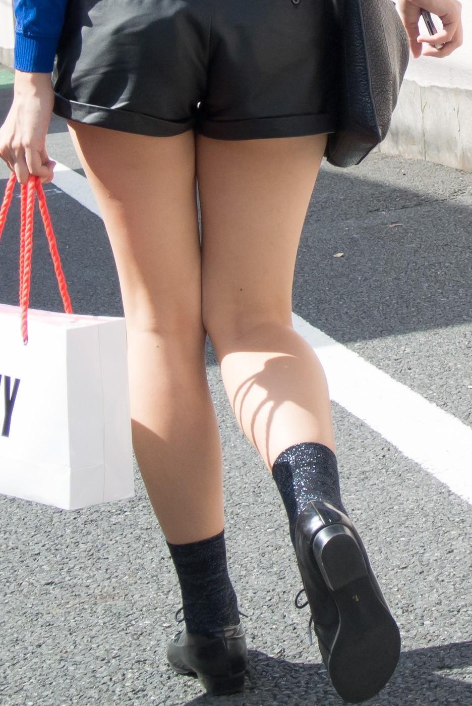 ショートパンツを履いてムチムチした太ももを露出する女の子の街撮りエロ画像 17100