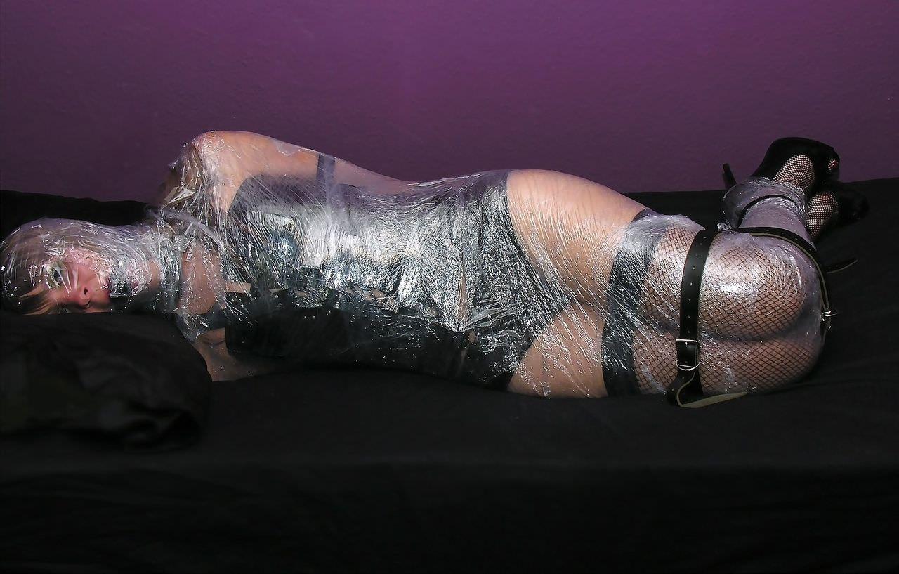 ラップに包まれ拘束されてる変態女子のSMエロ画像 17118