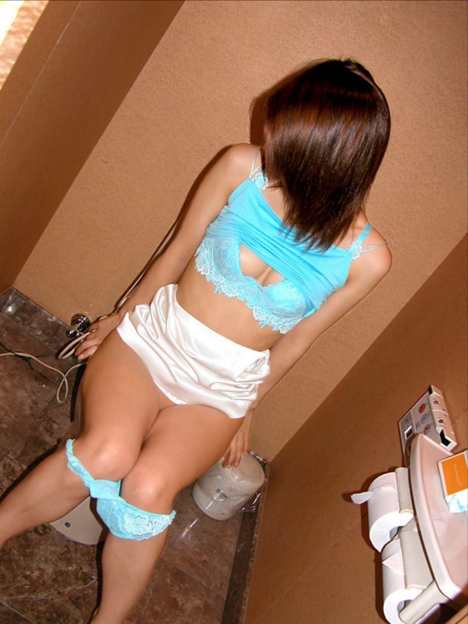 彼女がトイレでおしっこしてる姿を写メったらネット流出してしまったエロ画像 17141