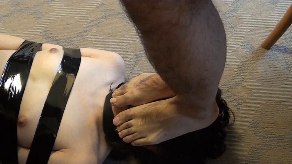 性奴隷がご主人様に踏んづけられてるヤバいSMエロ画像 1799