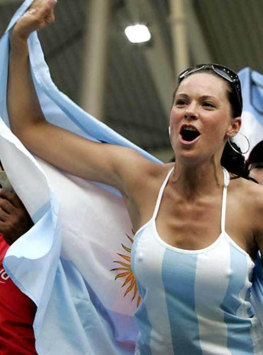海外サッカーの美人サポーターが興奮しすぎて乳首ポロリしてる胸チラエロ画像 1879