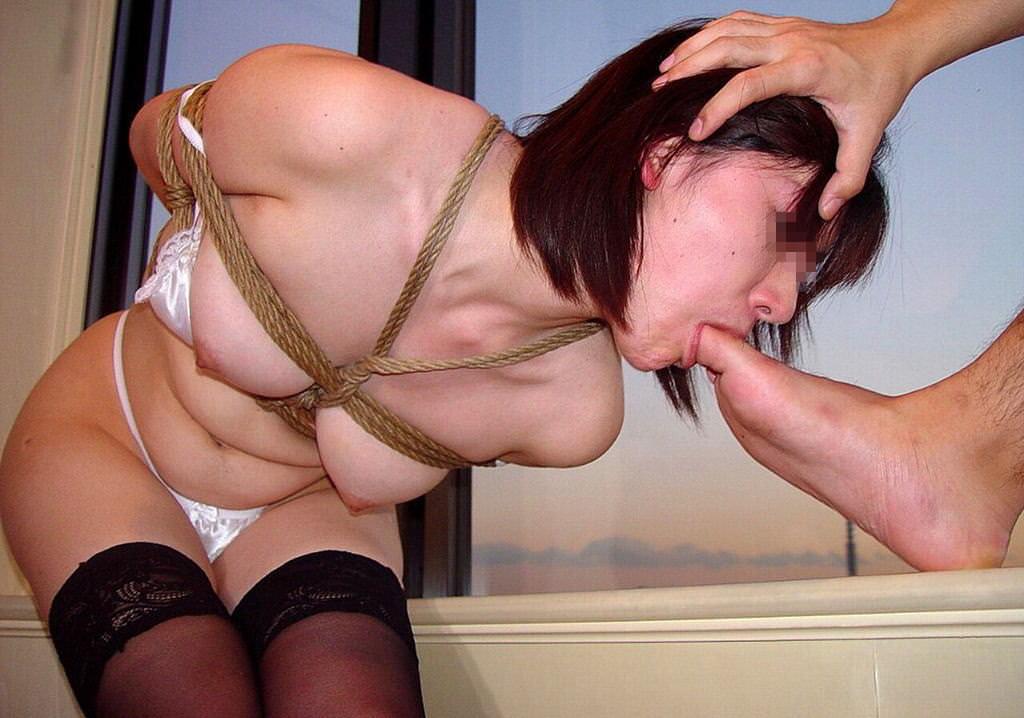 女を完全服従させてフェラの様に足舐めさせてるエロ画像 1978