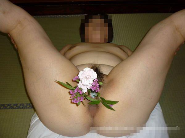 彼女のアナルやまんこに花ぶっ挿して生花にしてるヤバいエロ画像 1990