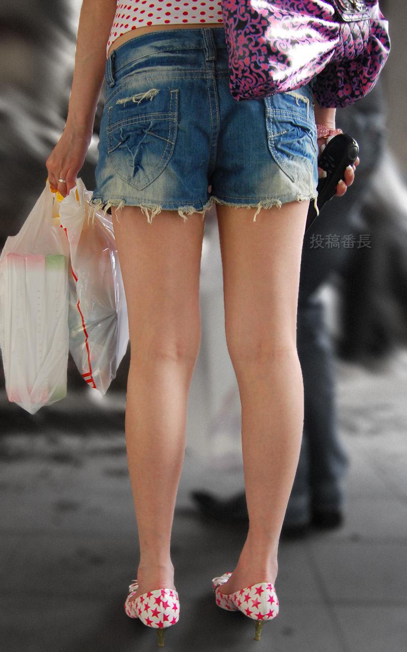 ショートパンツを履いてムチムチした太ももを露出する女の子の街撮りエロ画像 1997