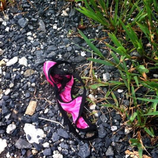 寂しそうに道端に落ちてるギャルのパンティーエロ画像 20104