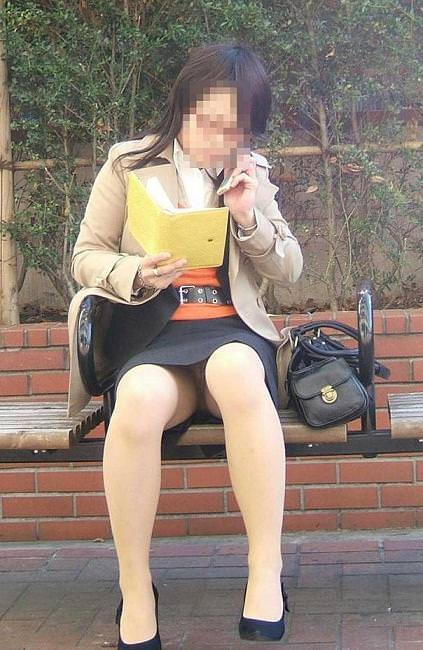 働くお姉さんやOLのしゃがみパンチラ画像 20107