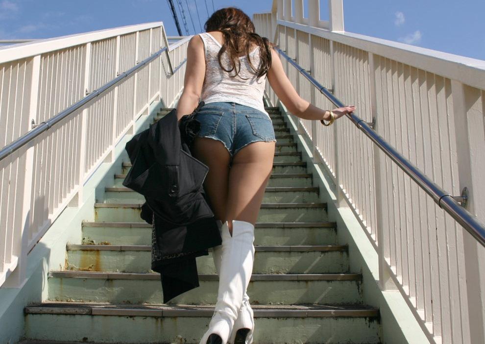 ホットパンツを履いたギャルのお尻がはみ出てる街撮りエロ画像 2017