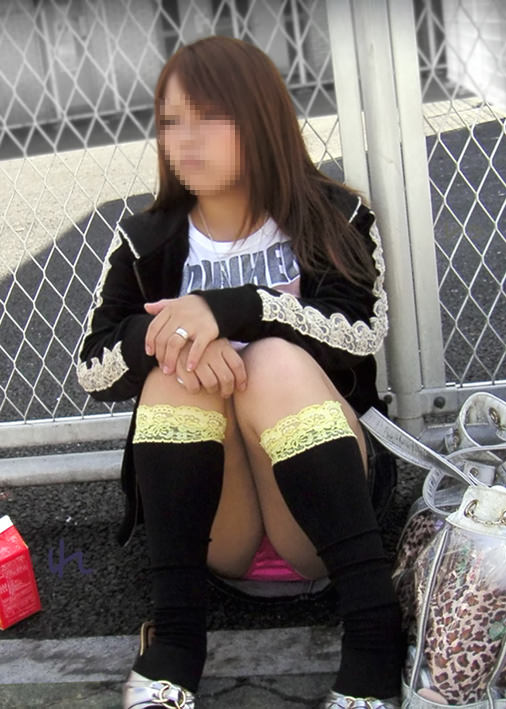 スカートでしゃがみパンチラしてる素人娘のエロ画像 21149