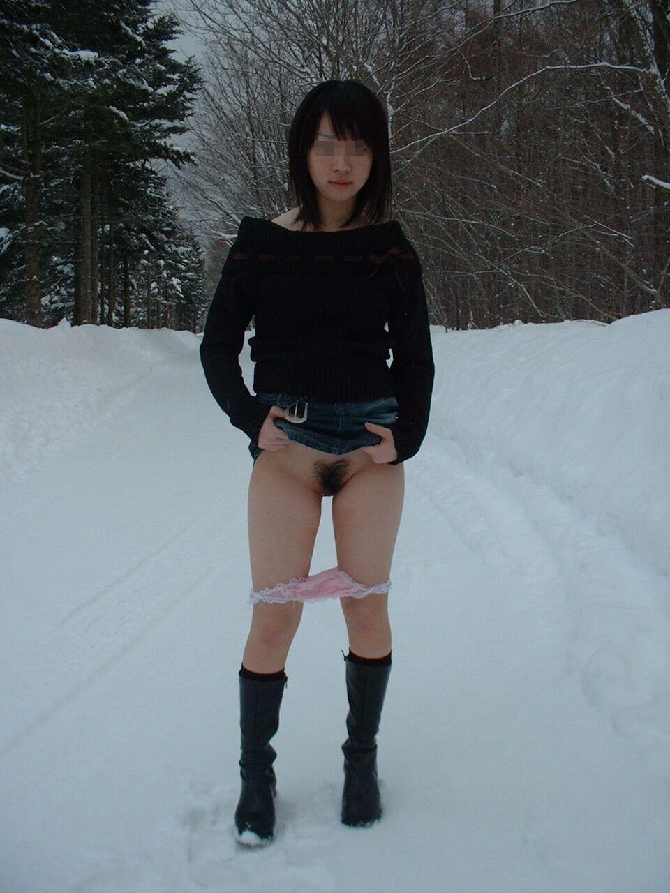 雨や雪の日にも負けずに野外露出を遂行するドスケベ女のエロ画像 2164