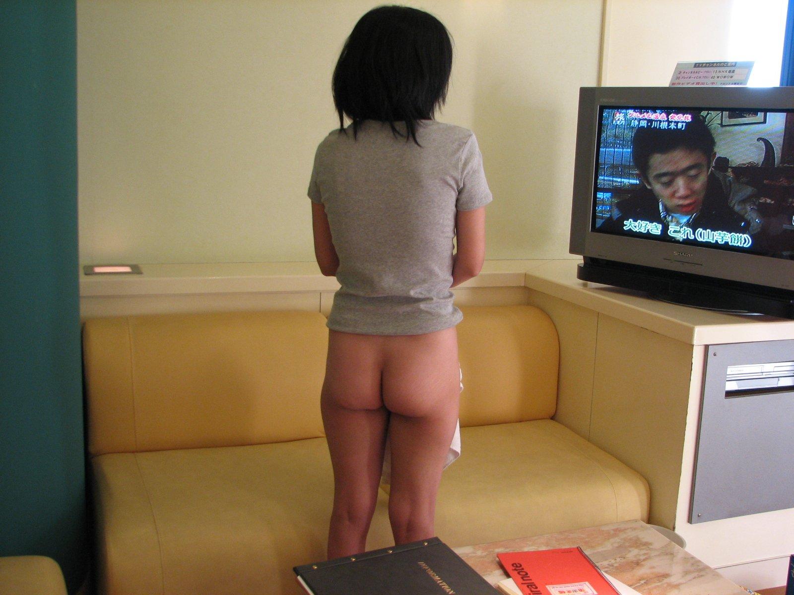 彼女の下半身を露出させた姿がめっちゃ可愛いエロ画像 221