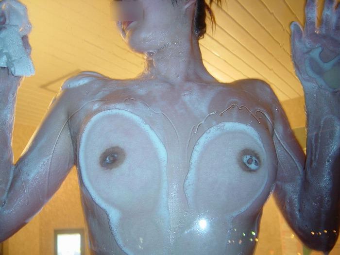 ガラスにおっぱい押し付けて乳首が梅干しみたいになってるエロ画像 2253