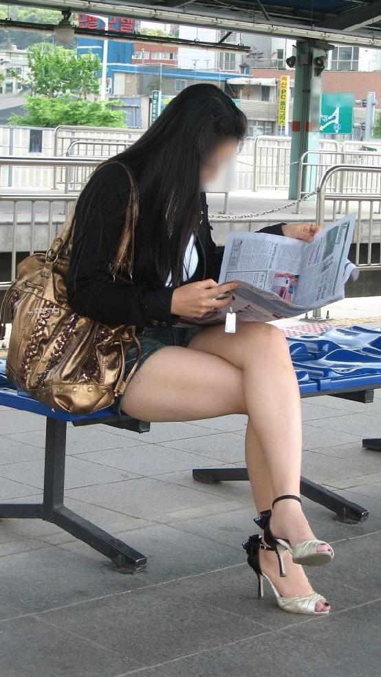 ショートパンツを履いてムチムチした太ももを露出する女の子の街撮りエロ画像 2307