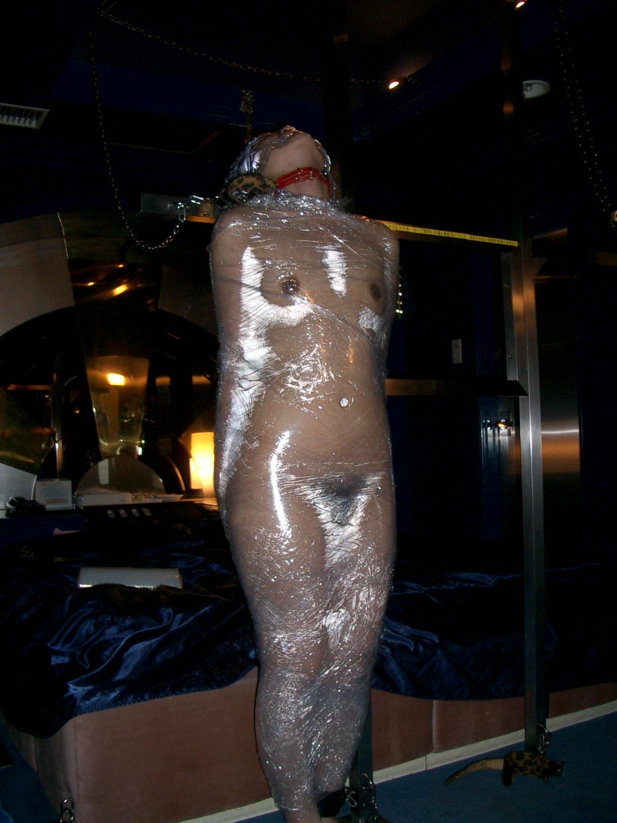 ラップに包まれ拘束されてる変態女子のSMエロ画像 23103
