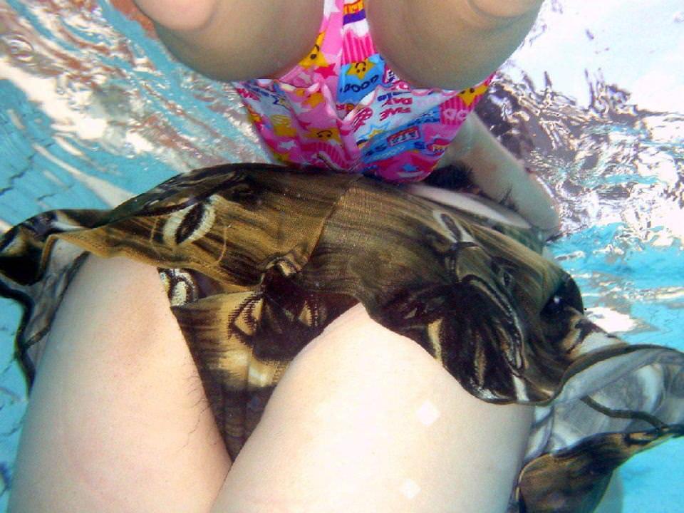 水中でとらえた素人娘たちの卑猥なビキニ姿のエロ画像 23111