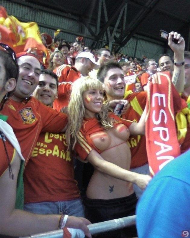 海外サッカーの美人サポーターが興奮しすぎて乳首ポロリしてる胸チラエロ画像 2363