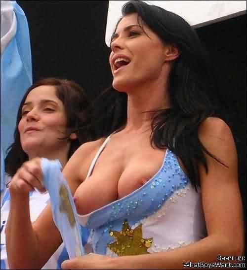 海外サッカーの美人サポーターが興奮しすぎて乳首ポロリしてる胸チラエロ画像 2459