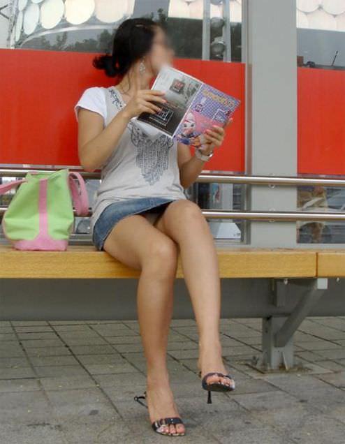 スカートでしゃがみパンチラしてる素人娘のエロ画像 2494