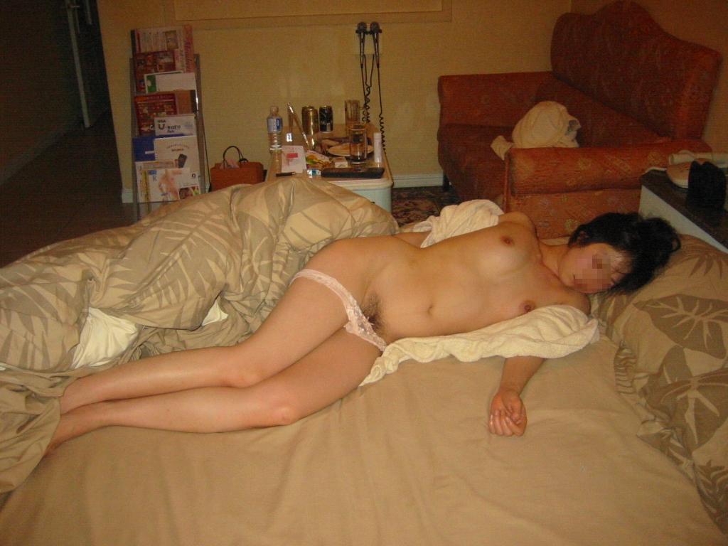 彼氏とセックスして疲れて寝てる姿を激写流出されたエロ画像 2510