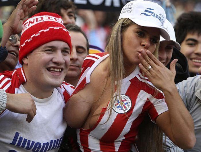 海外サッカーの美人サポーターが興奮しすぎて乳首ポロリしてる胸チラエロ画像 2554