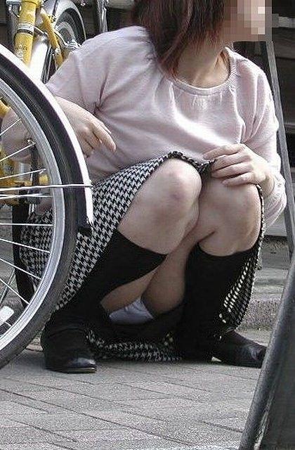 スカートでしゃがみパンチラしてる素人娘のエロ画像 2585