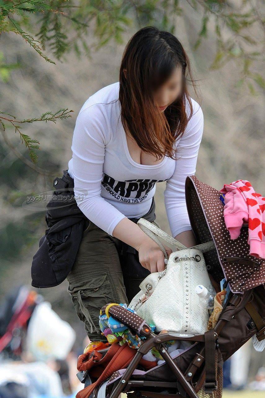 街中でこっそり激写された着衣おっぱい&谷間のエロ画像 2595