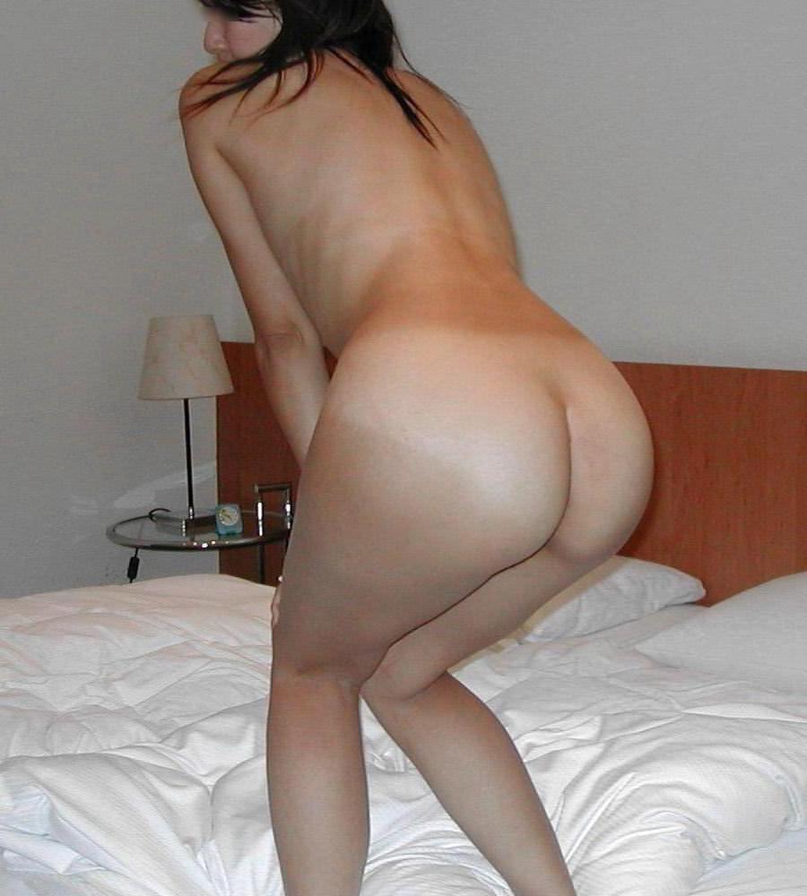 お尻を使った男たちを誘うポーズをする淫乱娘のエロ画像 2618