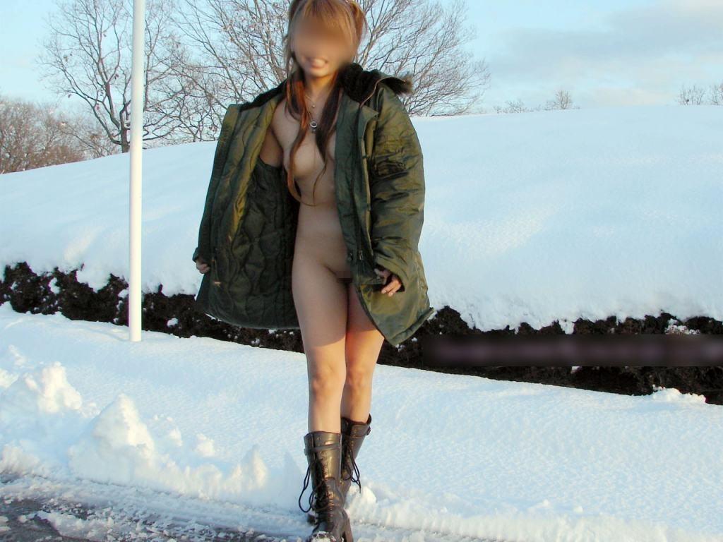 雨や雪の日にも負けずに野外露出を遂行するドスケベ女のエロ画像 2625