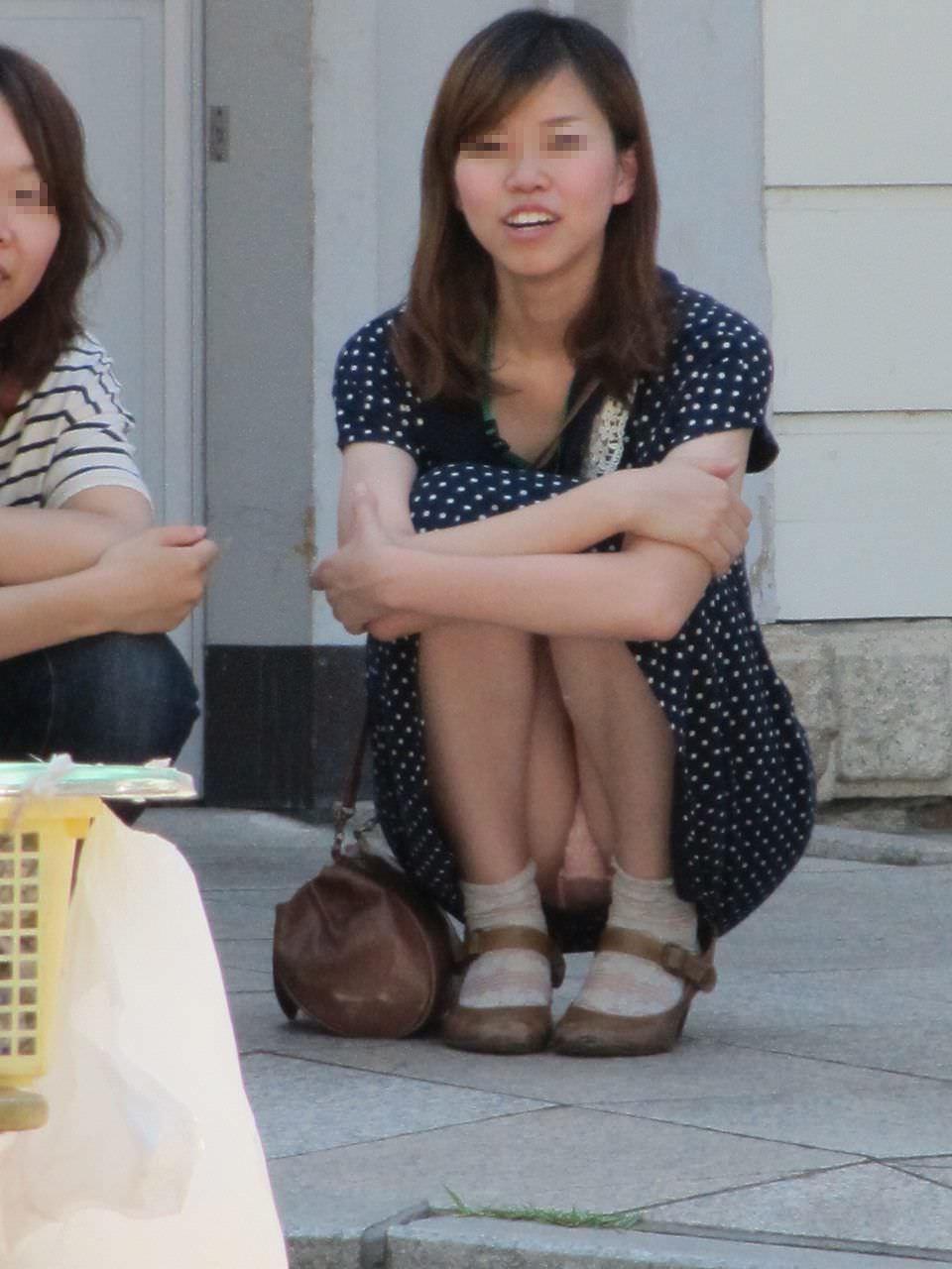 スカートでしゃがみパンチラしてる素人娘のエロ画像 2673